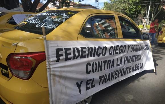 Taxistas piden sanciones para usuarios de Uber.
